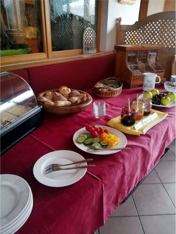 Gasthof Metzgerstub'n Gastgeber am Murradweg R2 Unterkuenfte Fruehstuecksbuffet