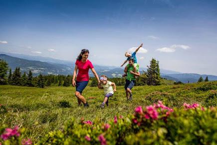 Familienspaß beim Wandern auf der Frauenalpe in der Region Murau Kreischberg in der Steiermark (c) Ikarus.cc